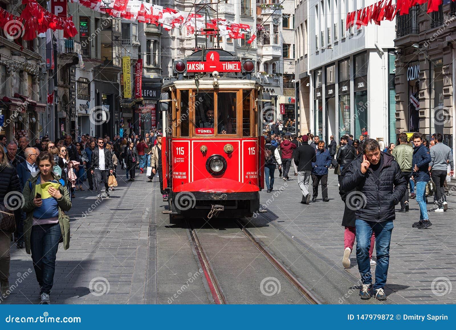 Istanbu? s?awna turystyczna linia Czerwony tramwajowy Taksim-Tunel