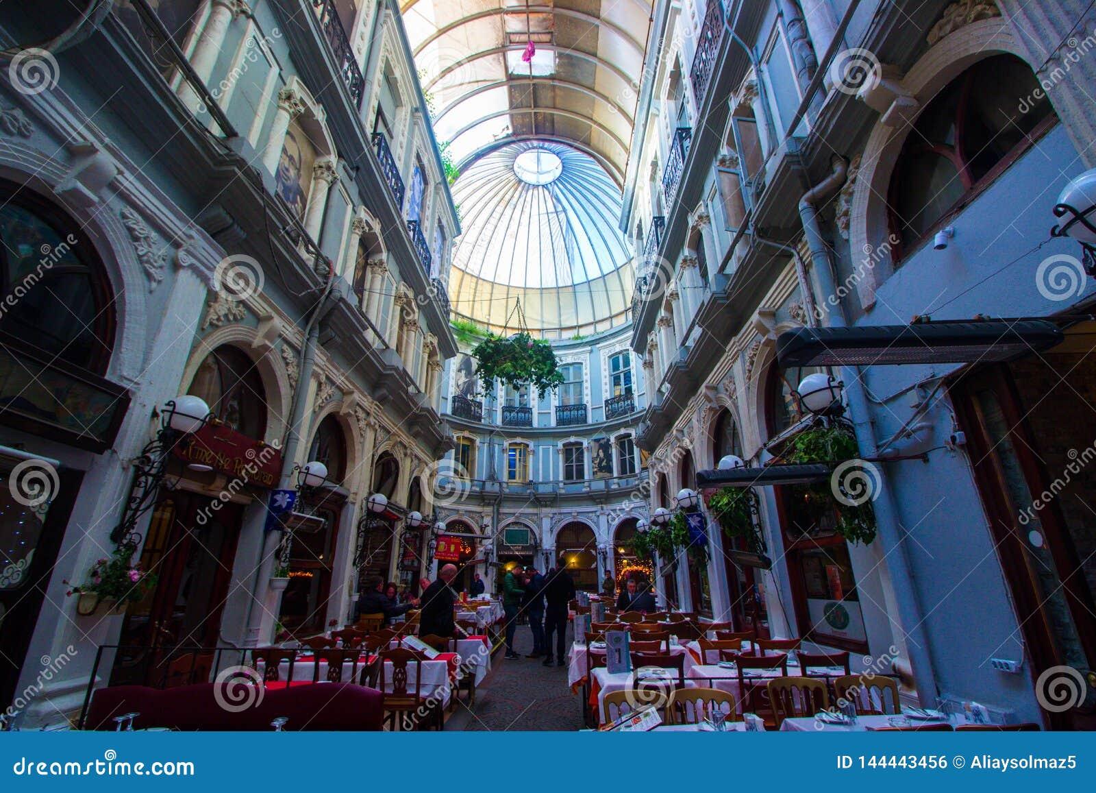 Istanbul, istiklal/Turquie 03 04 2019 : Passage de Cicek, endroit historique à Istanbul