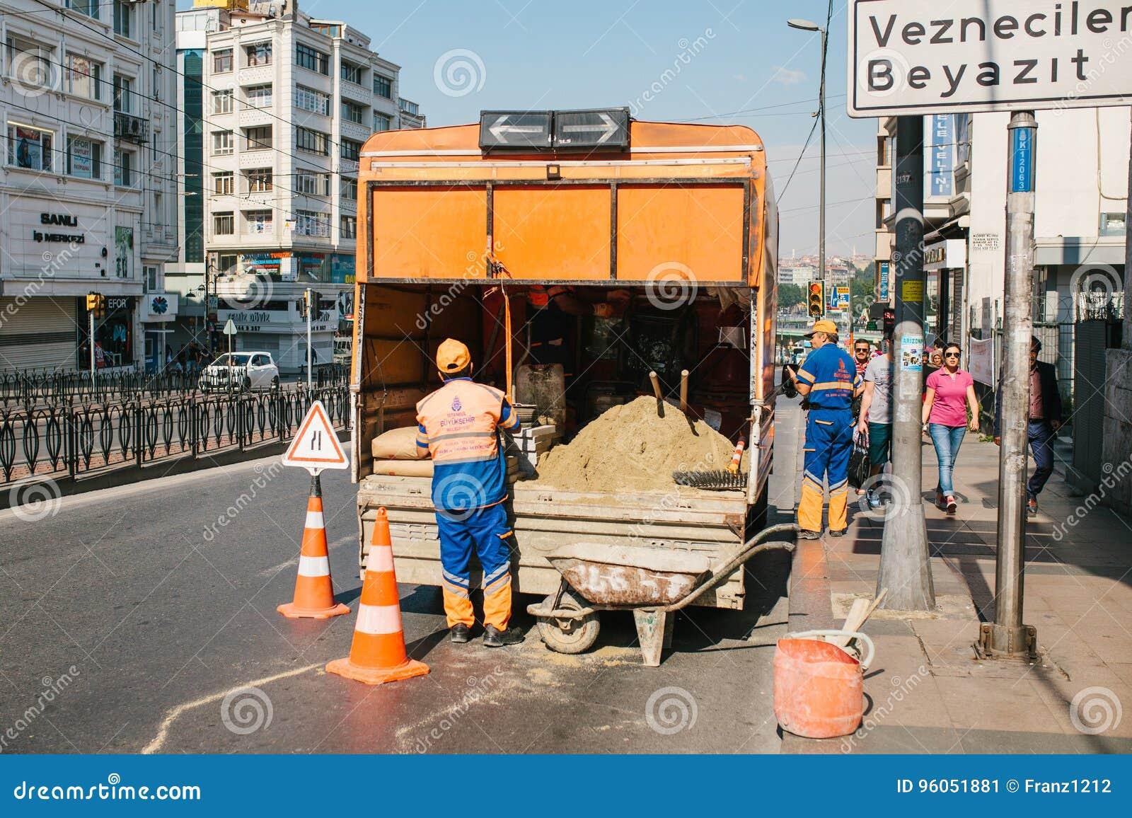 Istanbul, le 11 juillet 2017 : Travailleur de route Cône de route sur la route Signe de route Courses sur route sur les rues d Is