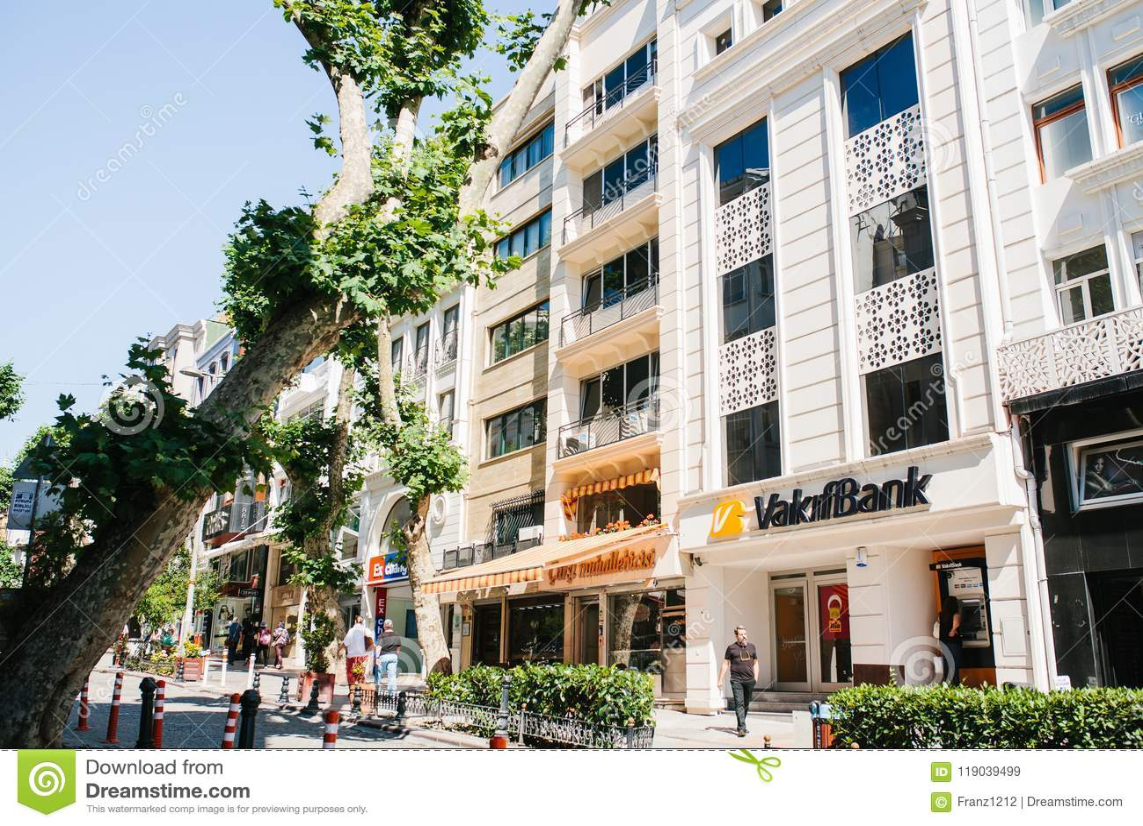 Istanbul, le 17 juin 2017 : Rue de ville avec un édifice bancaire et des boutiques Les gens descendent la rue La vie de ville ord