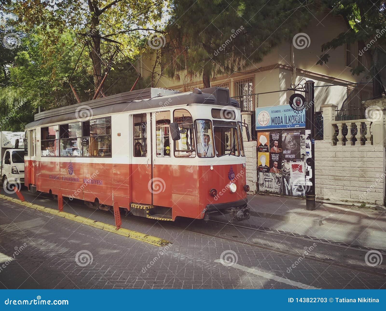 Istanbul TURKIET - September 21 - 2018: Röd spårvagn för tappning på den Moda gatan i det Kadikoy området