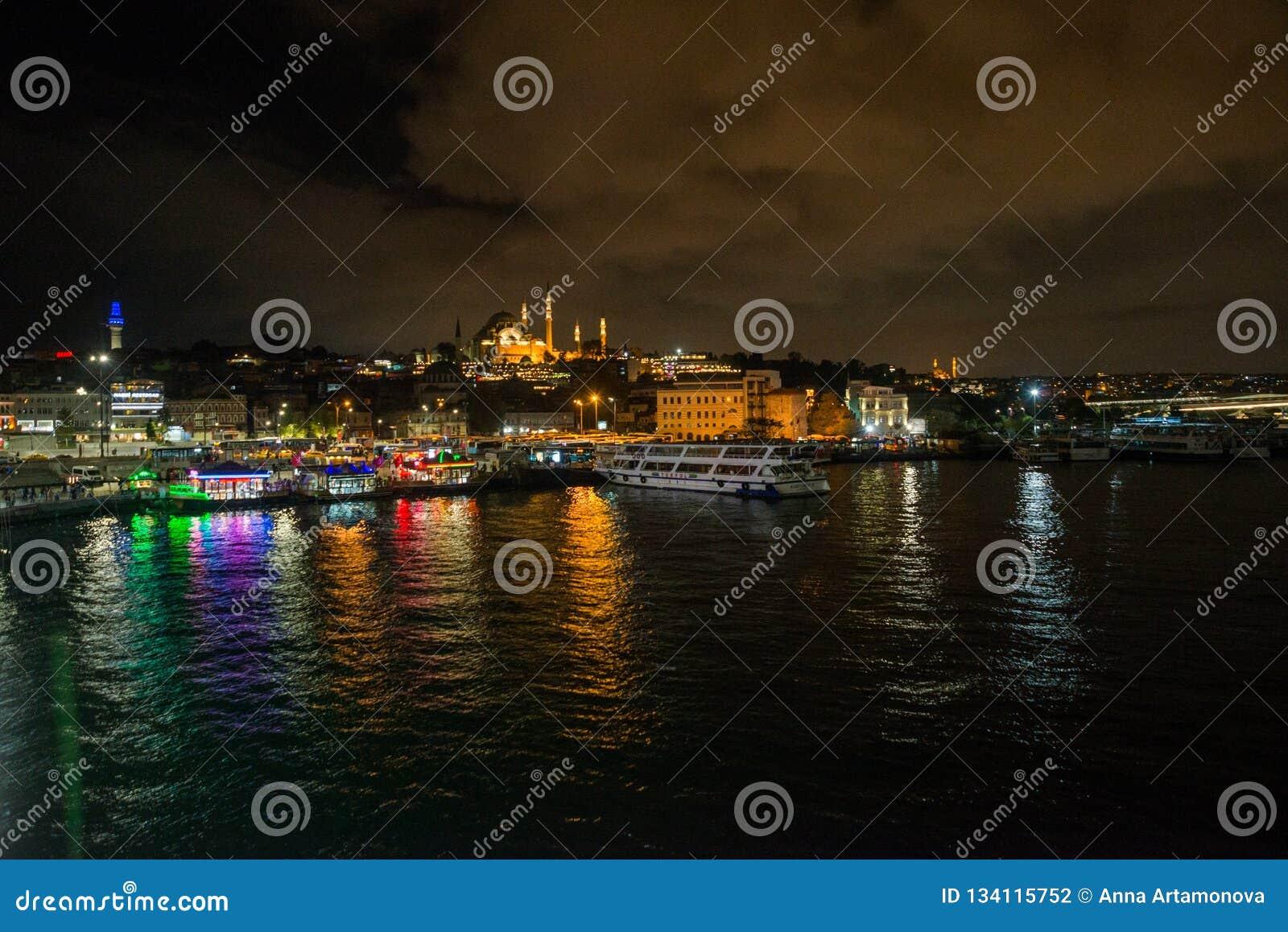 Istanbul, Turquie : Paysage de nuit avec des vues de la mosquée de Sultanahmet Camii C est l un des endroits de touristes princip