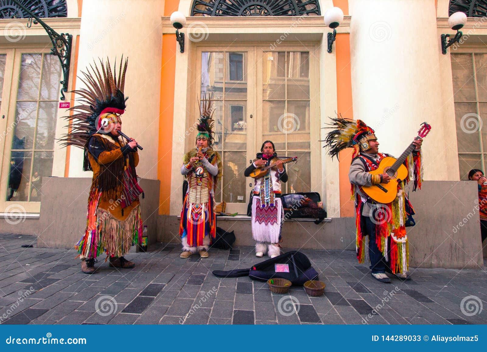 Istiklal gata, Istanbul/Turkiet 04 04 2019: Indisk gatamusikerPlaying Their Folk musik i en av den Iconic gatan för
