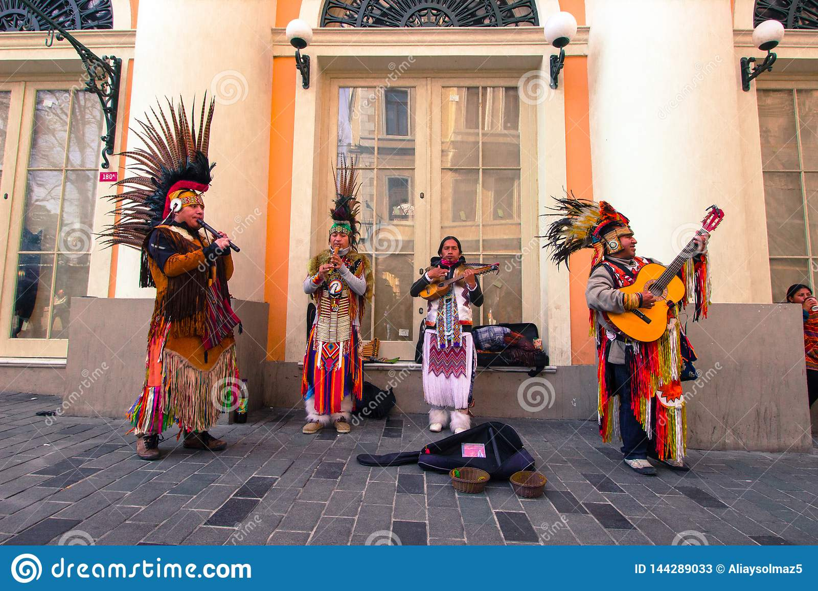 Istiklal ulica Istanbuł, Turcja 04,/ 04 2019: Indiański Uliczny muzyk Bawić się Ich muzykę ludową w jeden Ikonowa ulica Dla