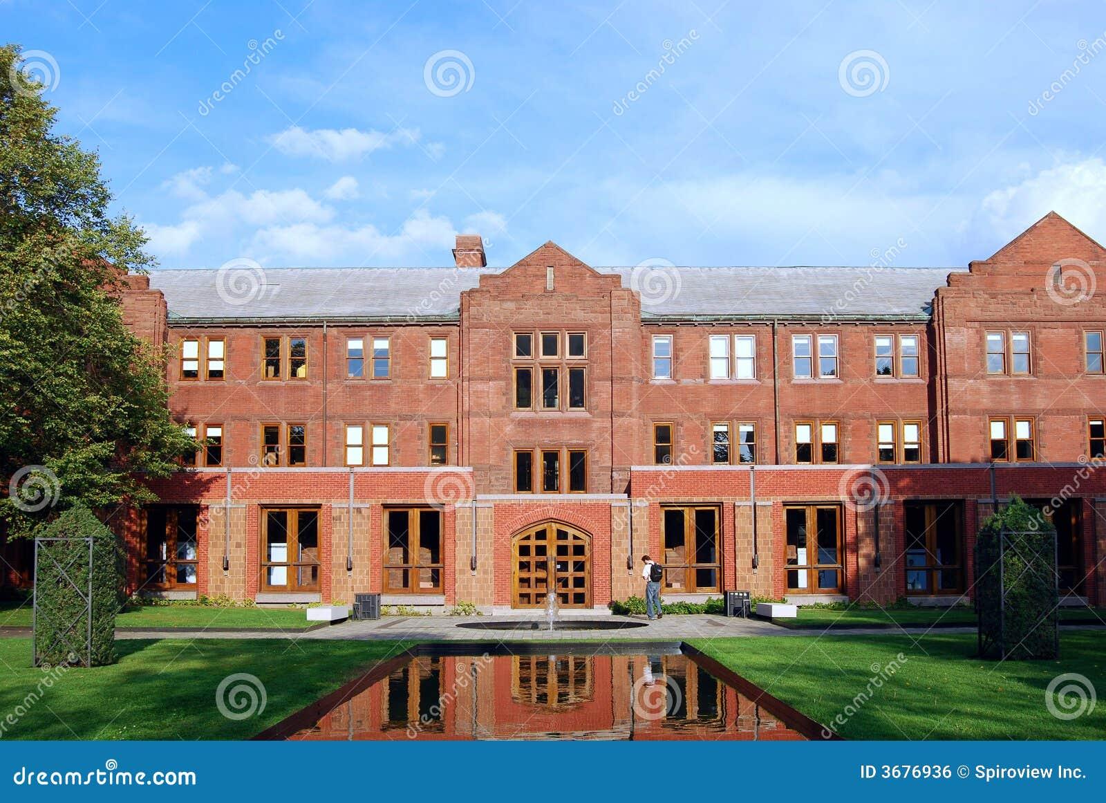 Download Istituto Universitario & Giardino Dentellare Del Mattone Fotografia Stock - Immagine di riflettere, quadrilatero: 3676936