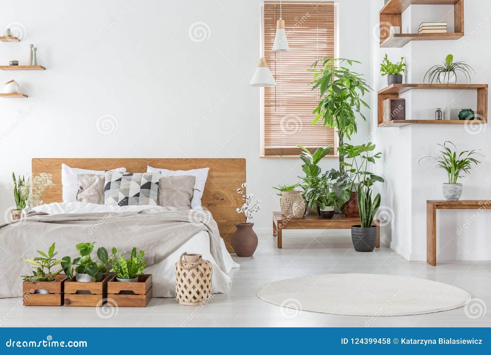 Istna fotografia botaniczny sypialni wnętrze z drewnianymi półkami,