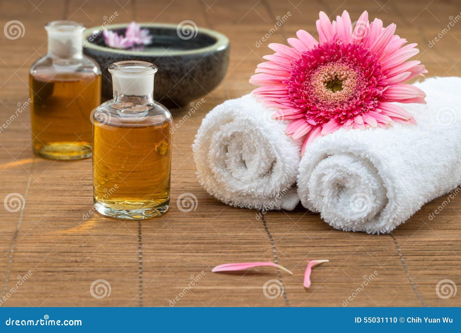 Istotny olej, kwiat na ręczniku, kwiatu pławik na wodnym pierwszego planu healt