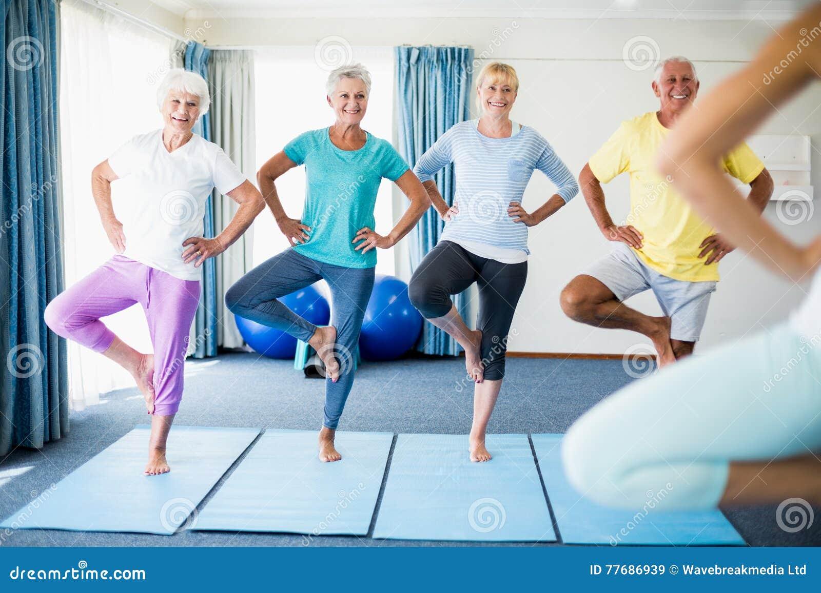 Istruttore che esegue yoga con gli anziani
