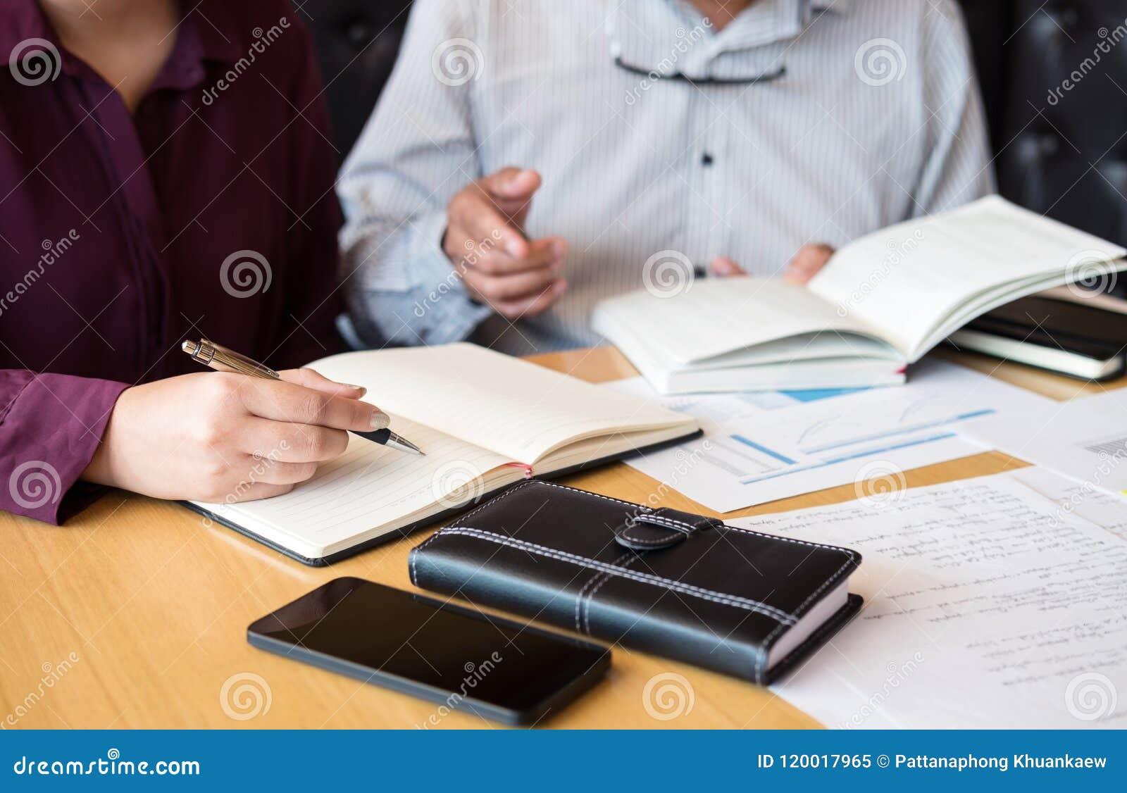 Istruzione, insegnamento, imparare, tecnologia e concetto della gente La TW