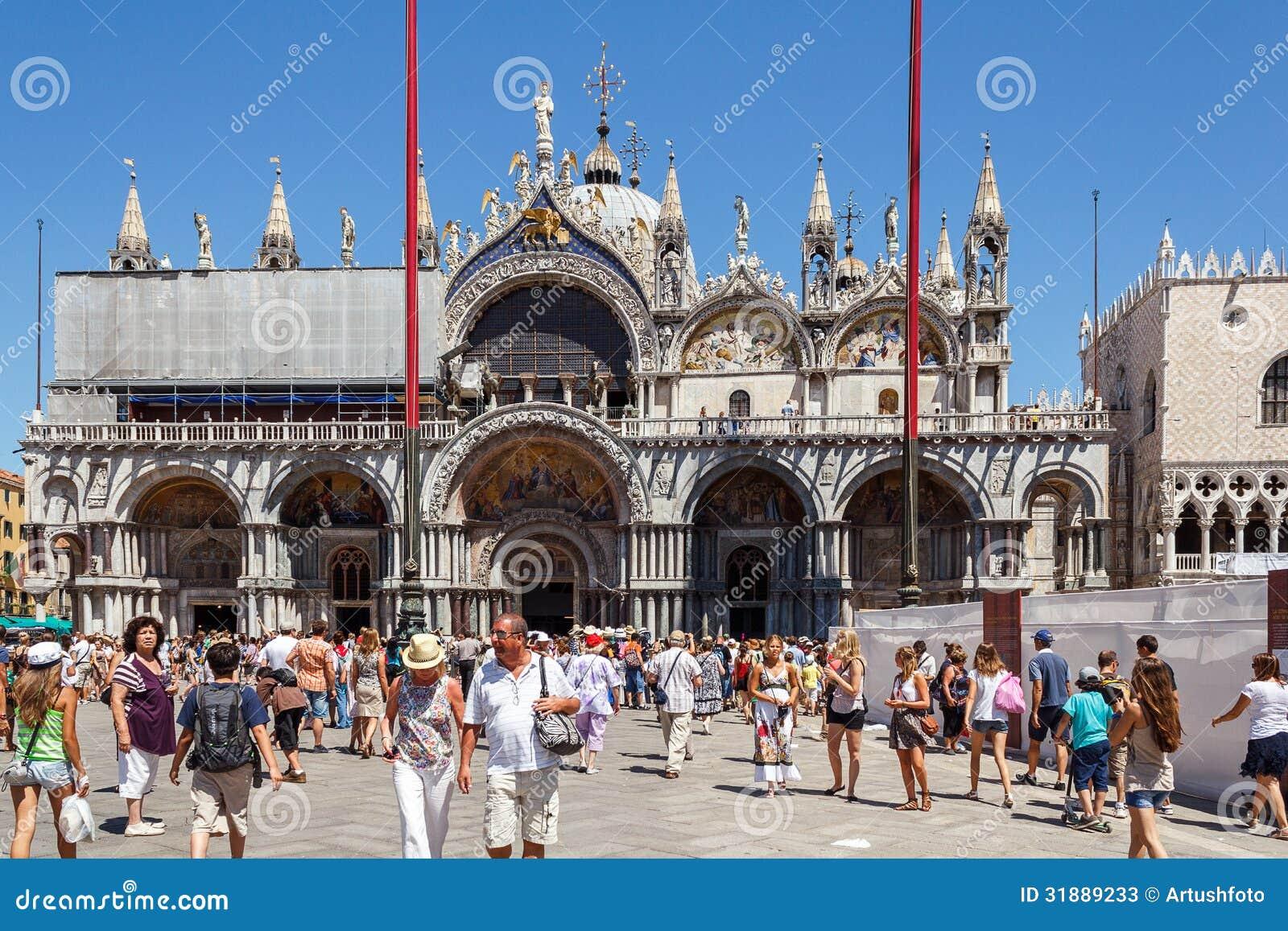 ITÁLIA, VENEZA - EM JULHO DE 2012: St Marco Square com a multidão de turista o 16 de julho de 2012 em Veneza. O St Marco Square é
