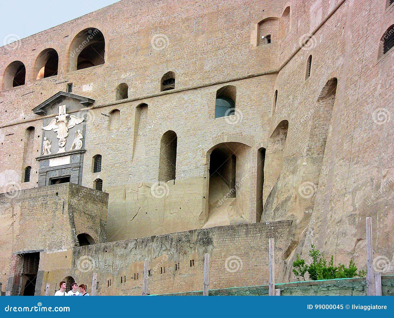 Italië Napels Sant ` Elmo, voorgevelopeningen