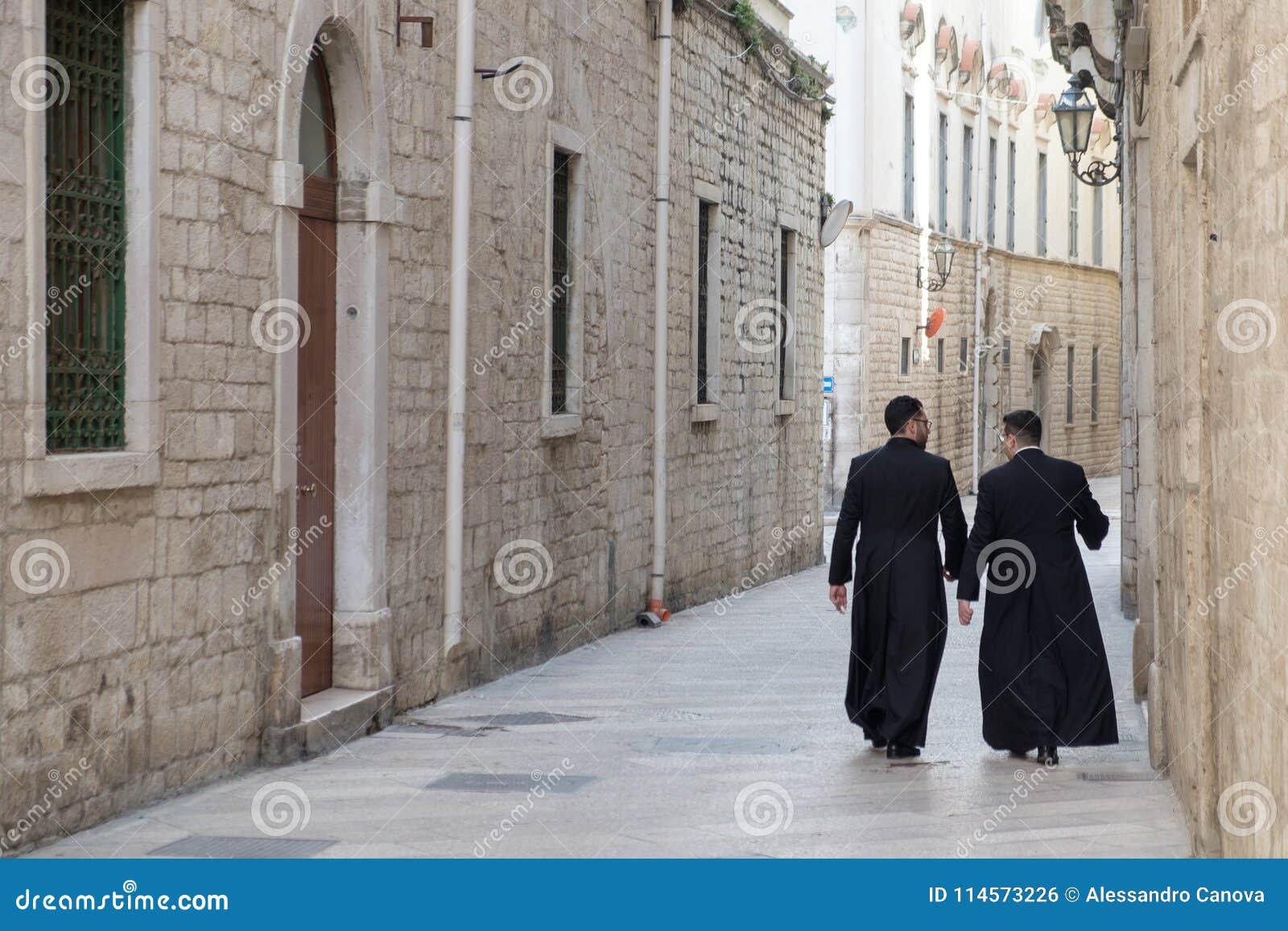 Italië, Puglia, Bari, Trani, een paar priesters