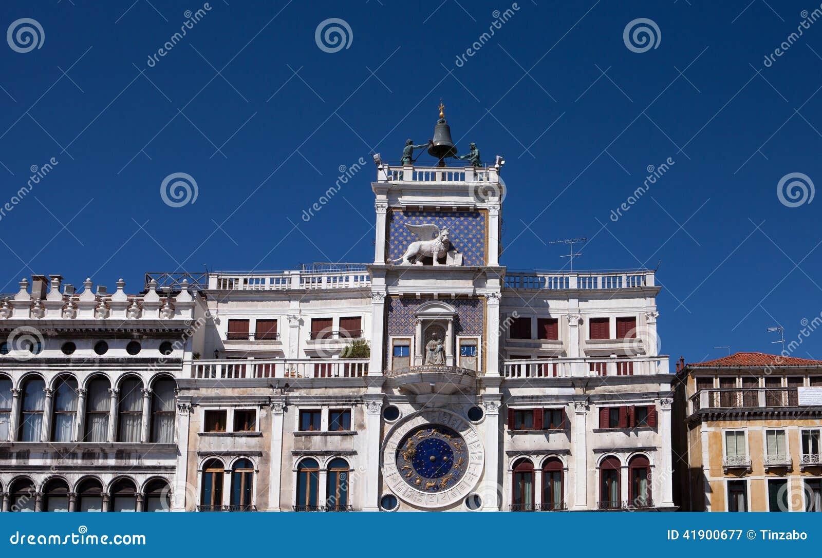 Italia del norte, Venecia, torre de reloj Plaza de San Marcos de St Mark, adornada con la escultura de leones cons alas