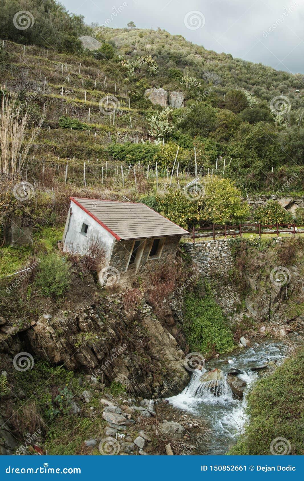 Italia rural - casa inclinada abandonada en Vernazza, Cinque Terre