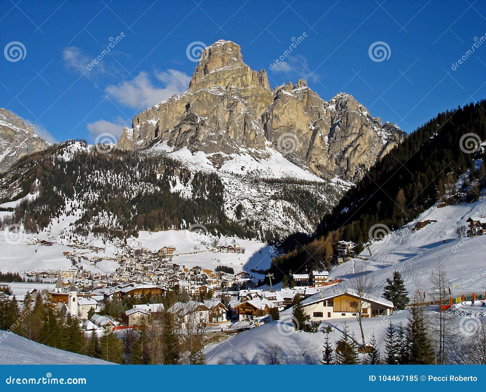 Italia, Trentino, dolomías, vista de la cuesta Pradat del pueblo de Colfosco