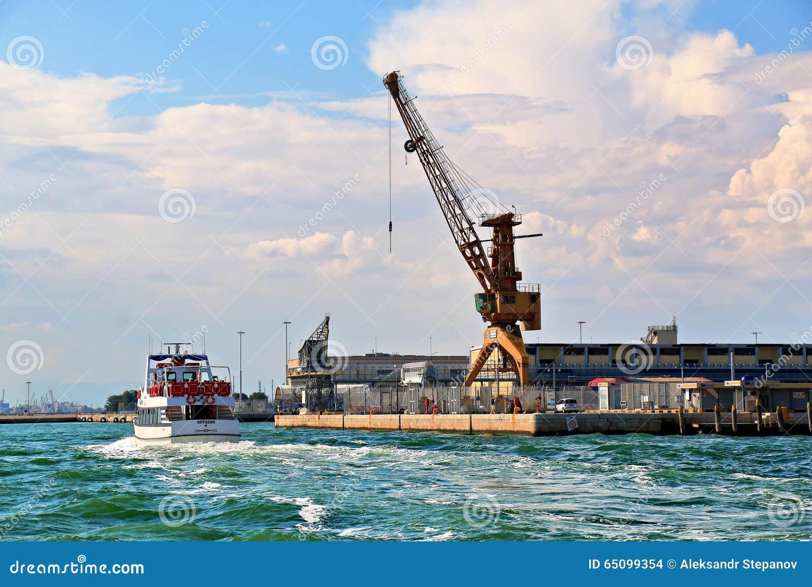 Italia, Venecia Grúas en puerto y barco con los pasajeros