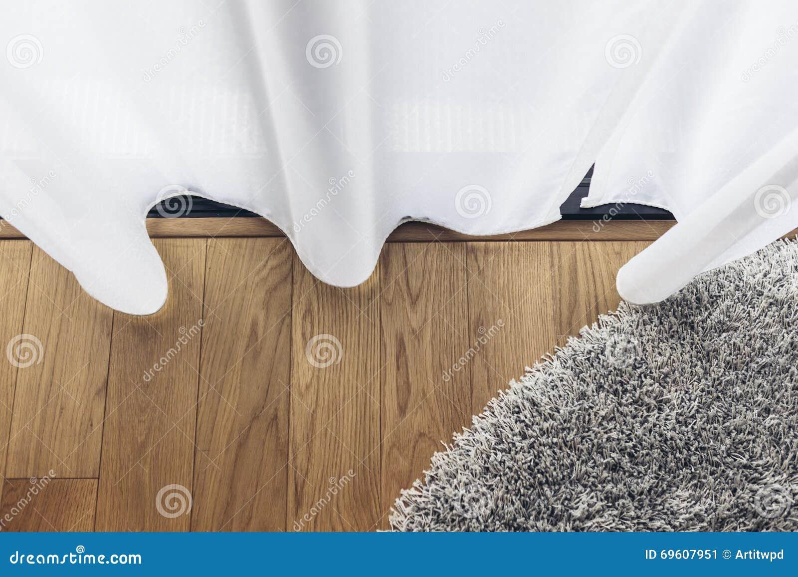 italiaans modern modelhouse duidelijk gordijn met houten vloer en grey carpet