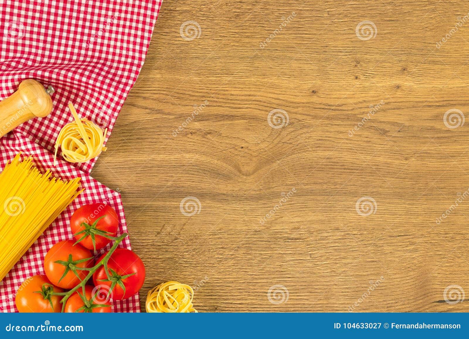 Download Italiaans Voedsel En Ruwe Ingrediënten Op Houten Achtergrond Hoogste Mening Stock Afbeelding - Afbeelding bestaande uit maaltijd, voedsel: 104633027
