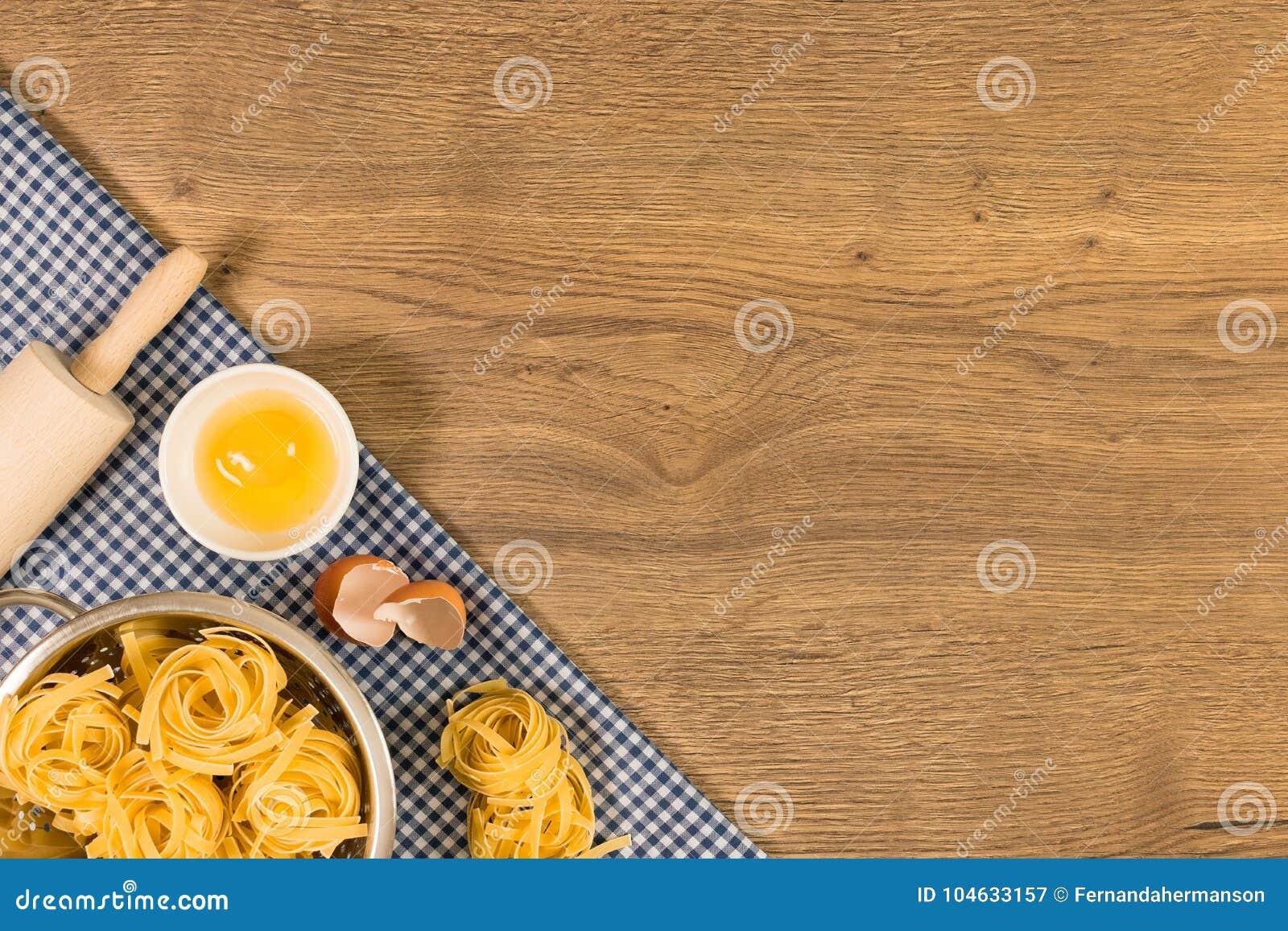 Download Italiaans Voedsel En Ruwe Ingrediënten Op Houten Achtergrond Hoogste Mening Stock Afbeelding - Afbeelding bestaande uit eigengemaakt, peterselie: 104633157