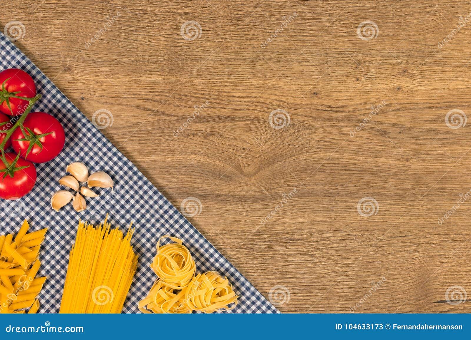 Download Italiaans Voedsel En Ruwe Ingrediënten Op Houten Achtergrond Hoogste Mening Stock Afbeelding - Afbeelding bestaande uit doek, knoflook: 104633173