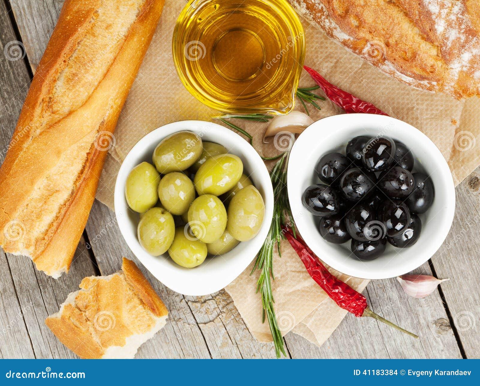 Italiaans voedselvoorgerecht van olijven, brood en kruiden