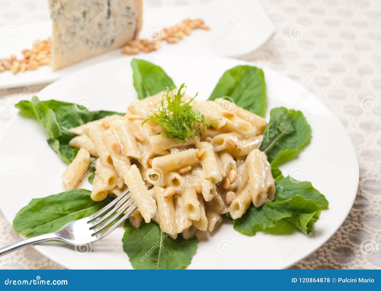 3949393 Italiaanse deegwaren penne de noten van gorgonzola en van de pijnboom