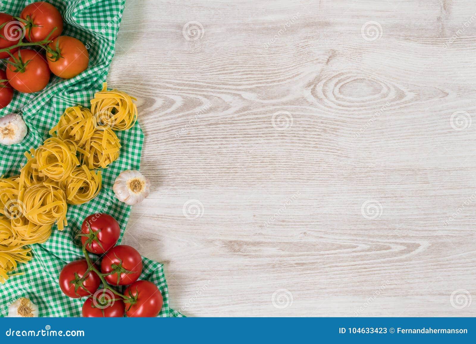 Download Italiaanse Deegwaren Ruwe Ingrediënten Op Houten Achtergrond Stock Afbeelding - Afbeelding bestaande uit kruid, narcotize: 104633423