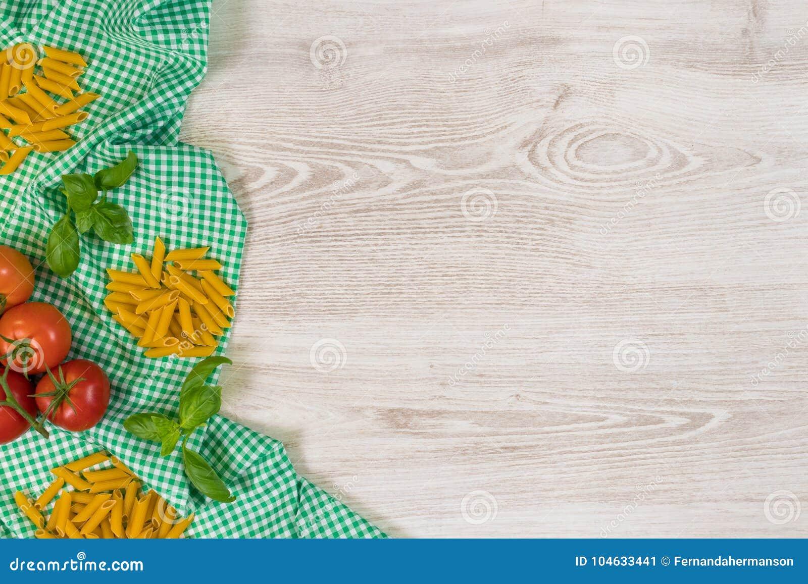Download Italiaanse Deegwaren Ruwe Ingrediënten Op Houten Achtergrond Stock Afbeelding - Afbeelding bestaande uit macaroni, deegwaren: 104633441