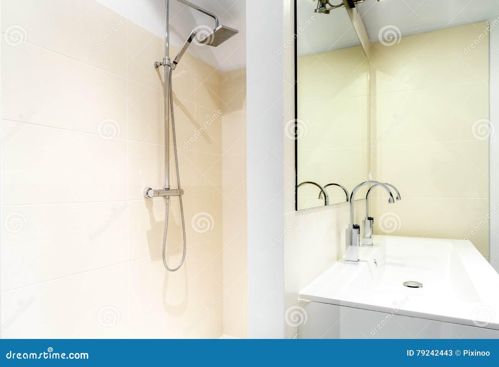 Italiaanse douche in een moderne badkamers stock afbeelding