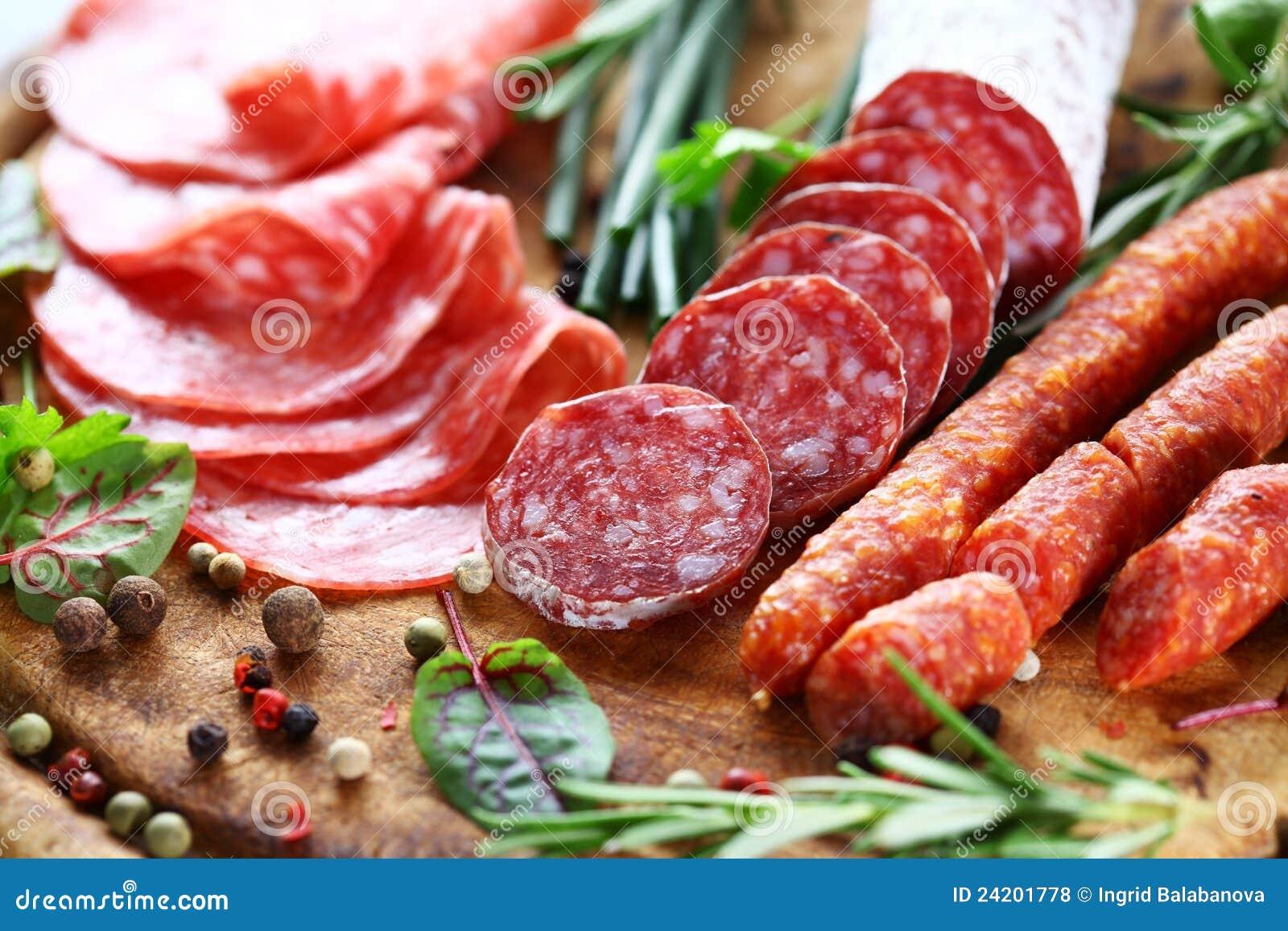 Italiaanse ham en salami met kruiden