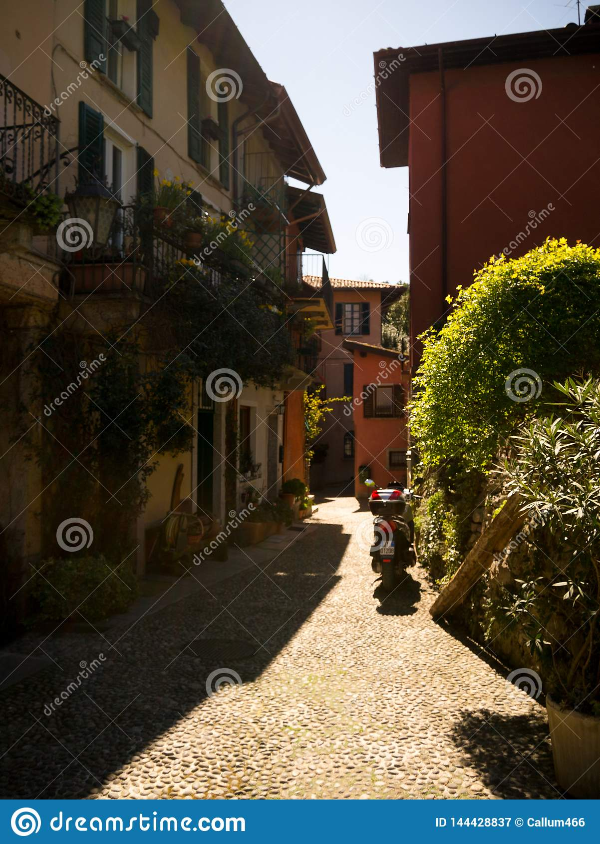 Italiaanse manor op een afgrond die in meer Como uitpuilen