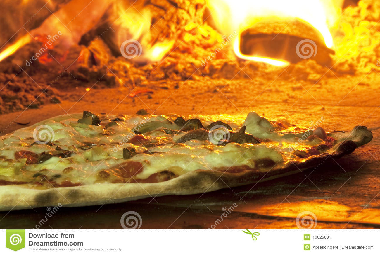 Italiaanse pizza in een houten brandende oven