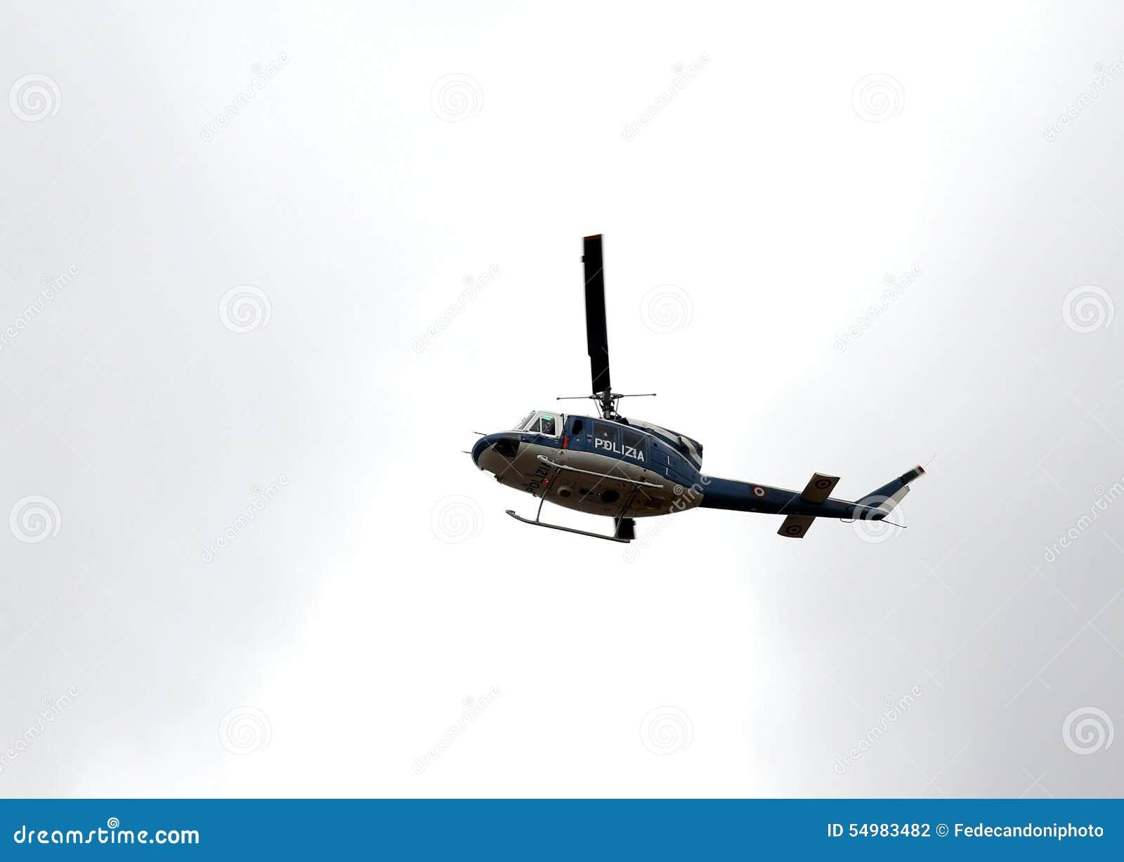 Italiaanse politiehelikopter die over de stad vliegen