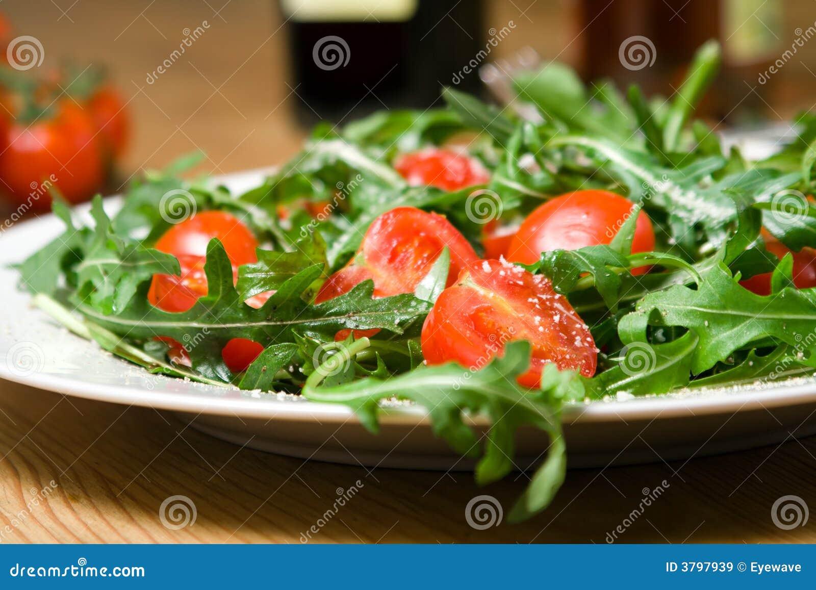 Italiaanse salade met rucola en tomaten