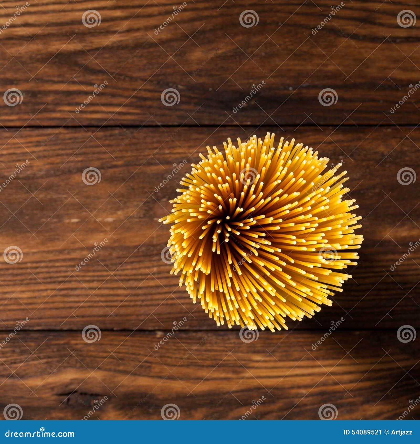 Italiaanse spaghetti op houten achtergrond