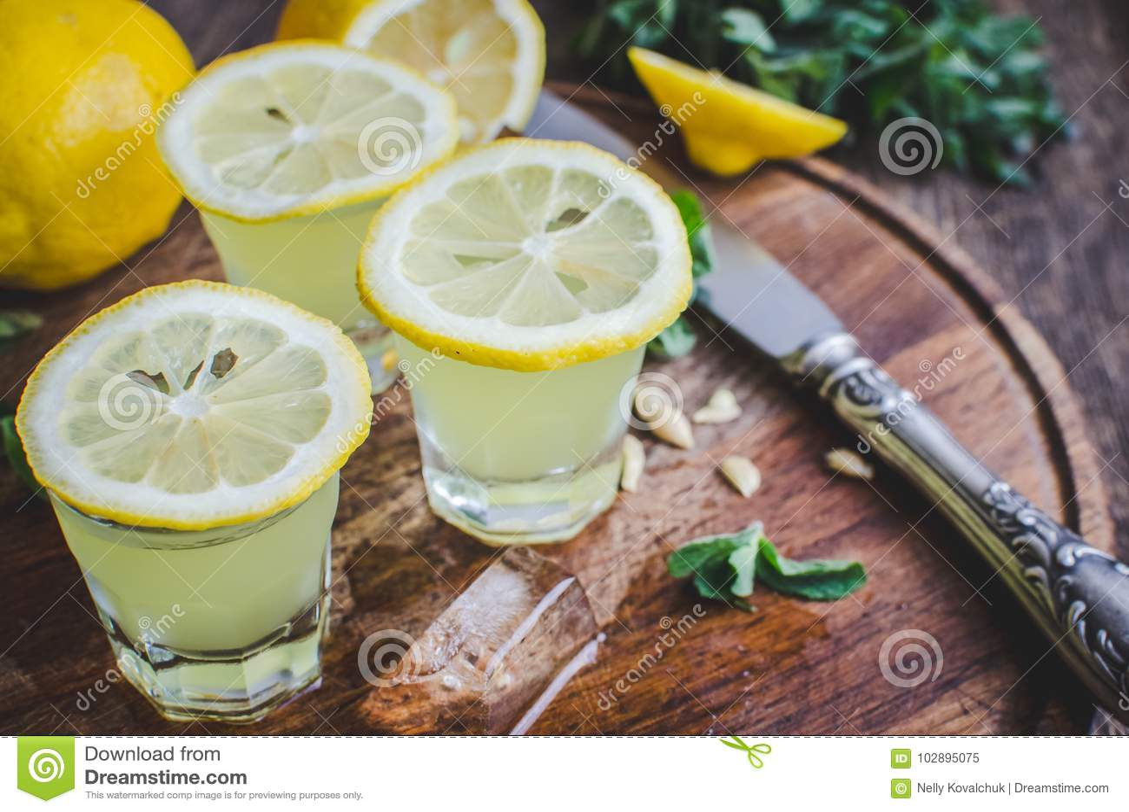 Italiaanse traditionele likeurlimoncello met citroen