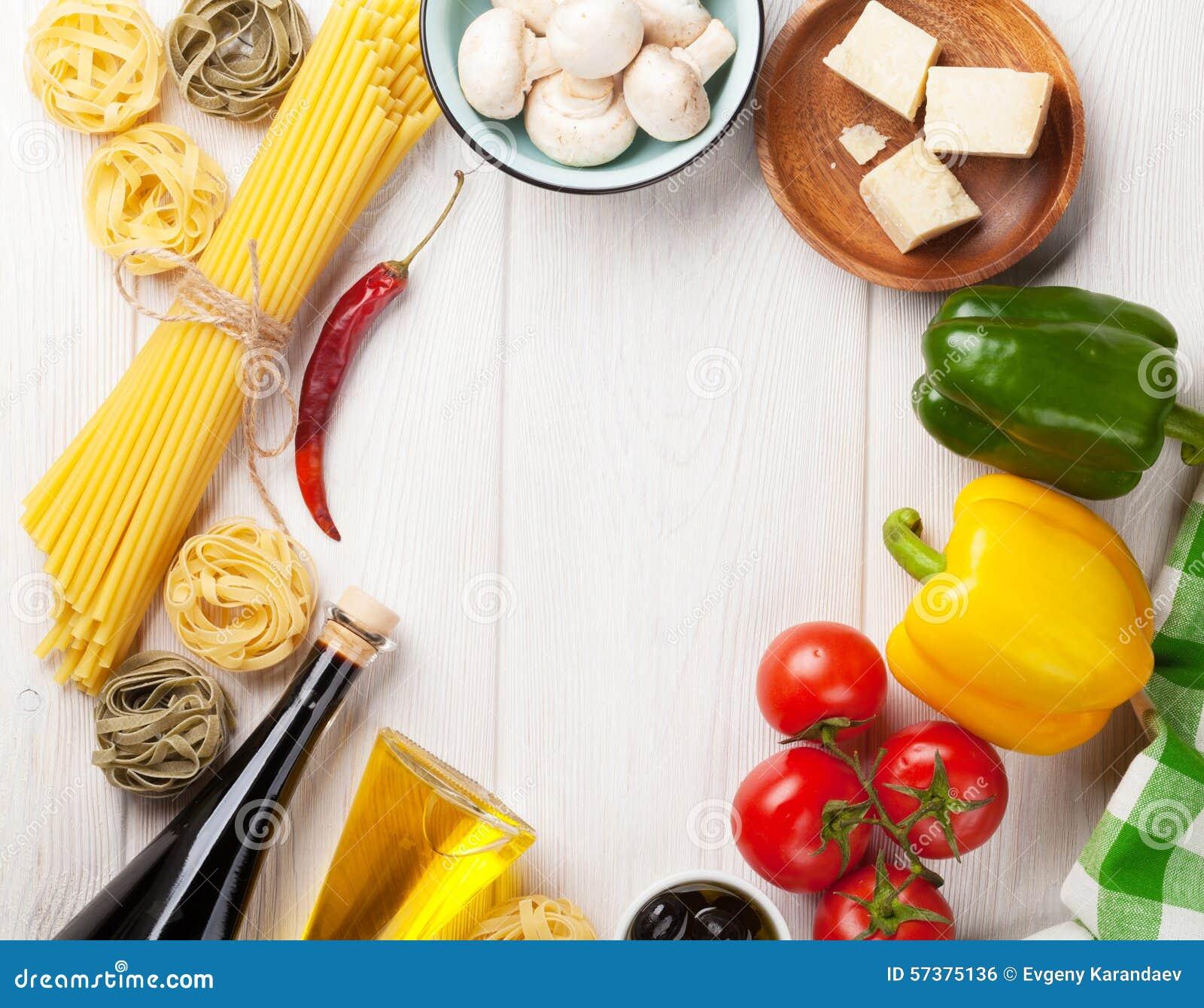 Italiaanse voedsel kokende ingrediënten Deegwaren, tomaten, peppes