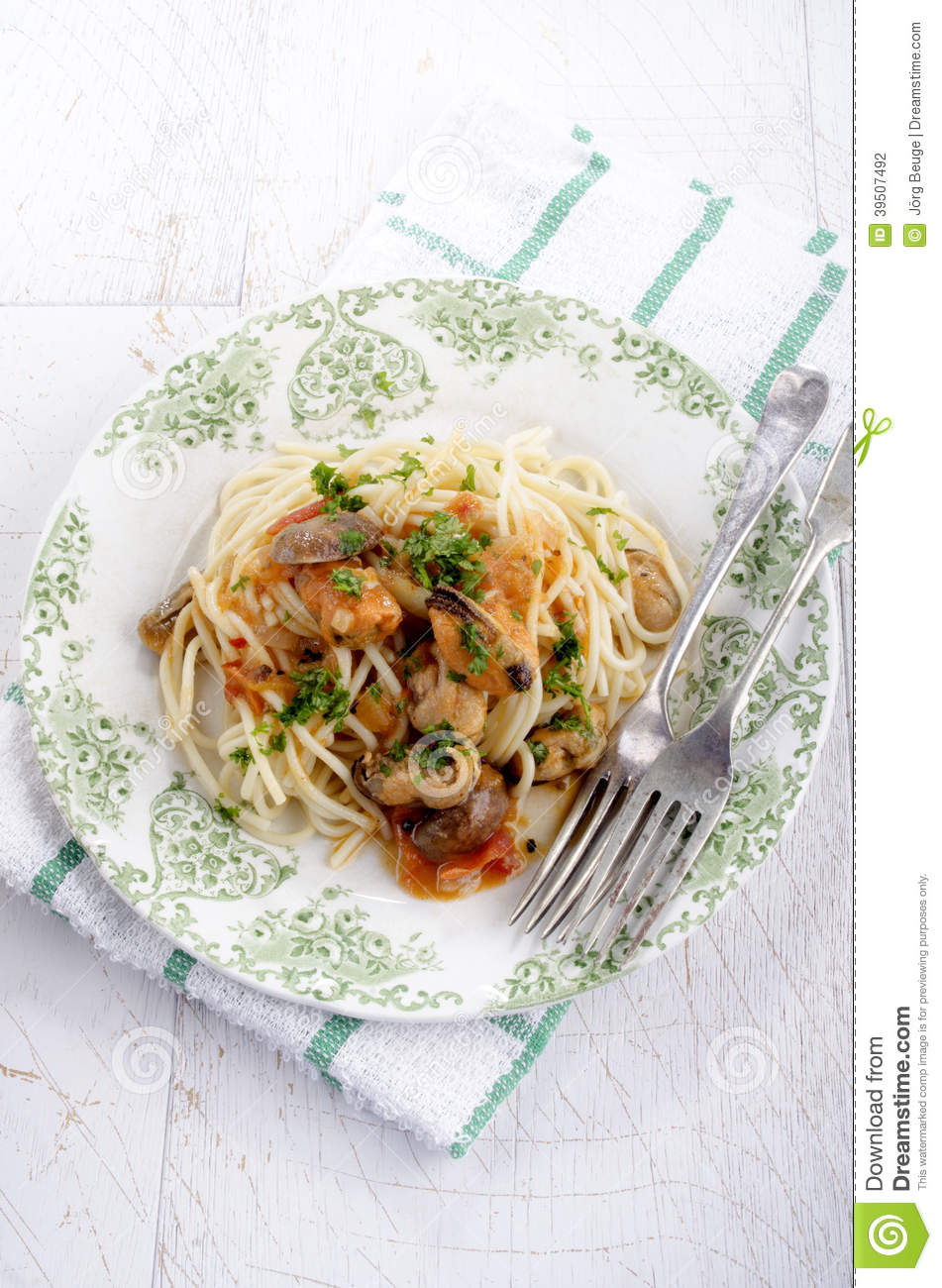 Italian dish with spaghetti and mussels
