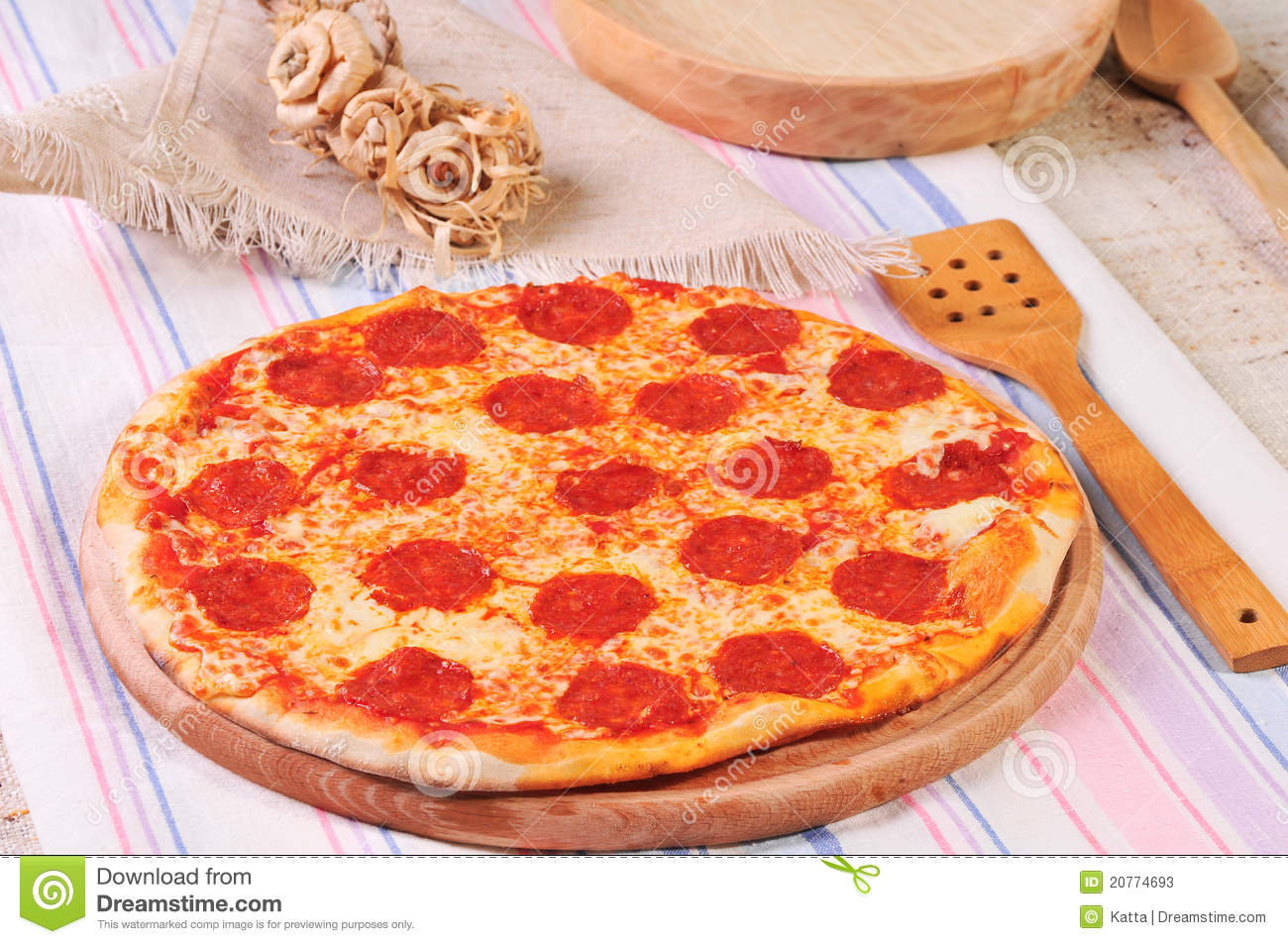 Italian salami pizza on table stock photos image 20774693 for Table a pizza