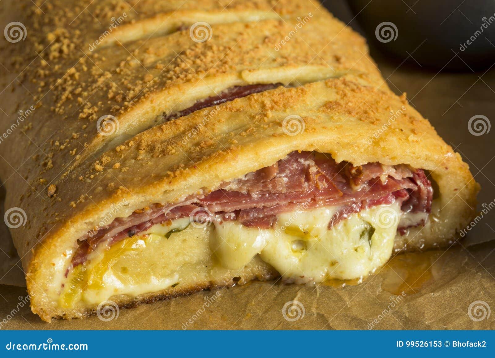 Italiano de queijo e Meaty caseiro Stromboli