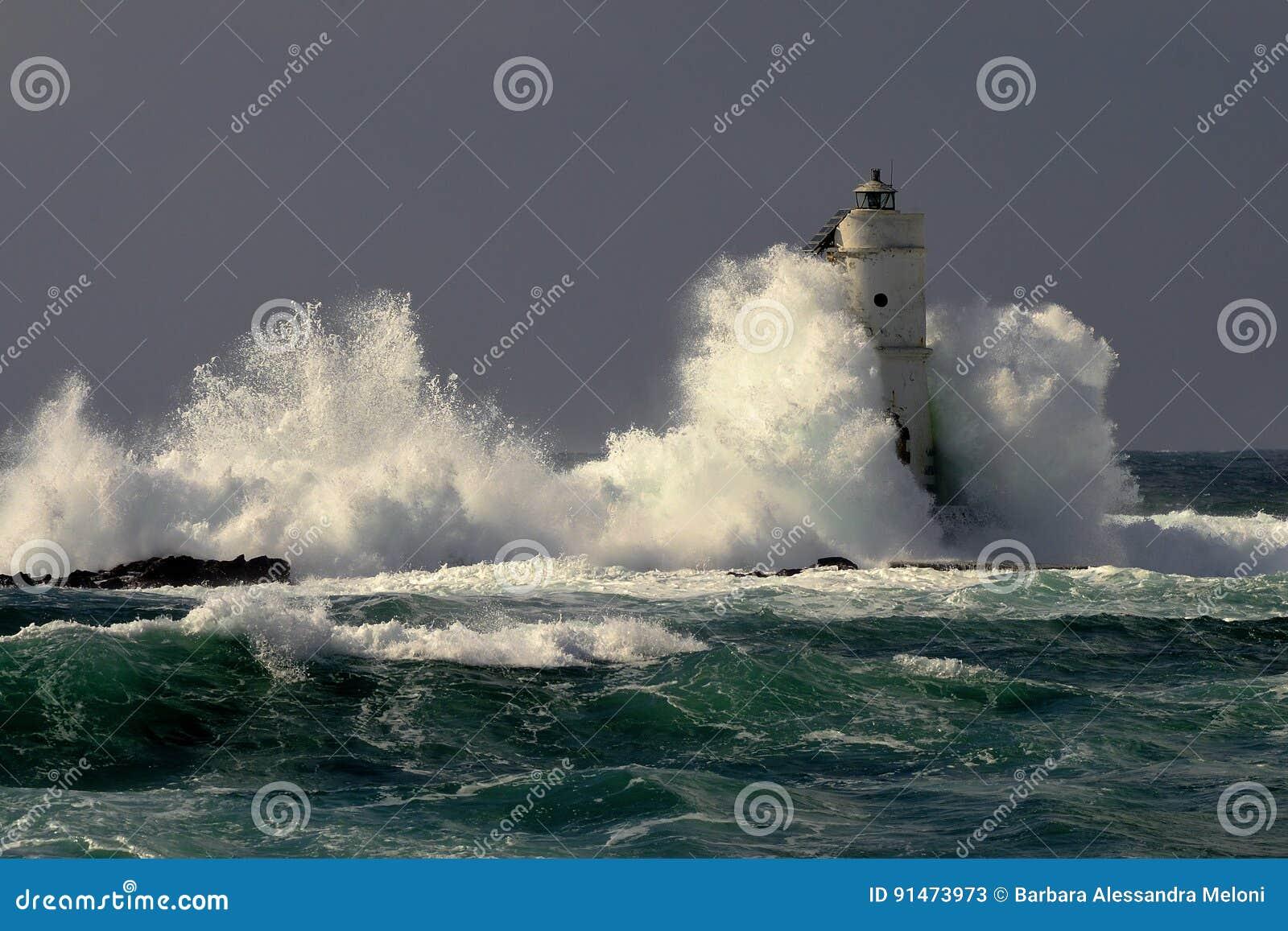 Italien, ` Mangiabarche-`, Sturm Wellen zertrümmern gegen Leuchtturm oder Leuchtfeuer