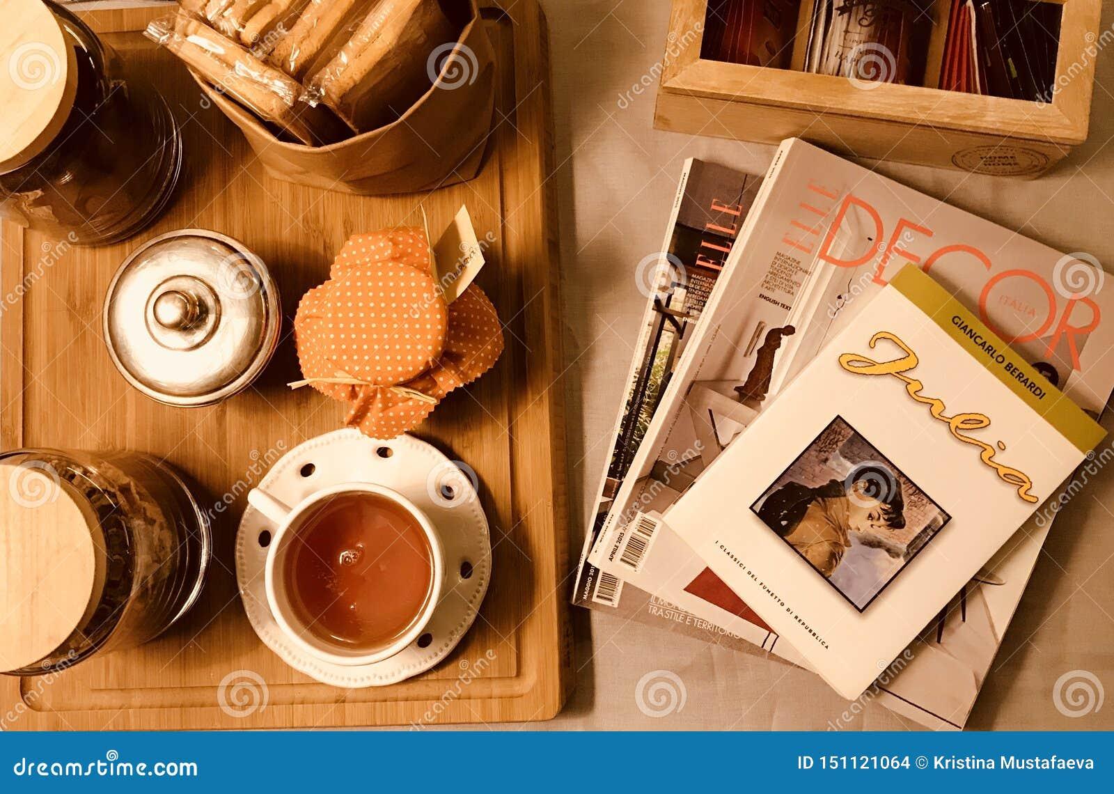 Italien-Morgentabellentee mit Zeitschriften und Buch