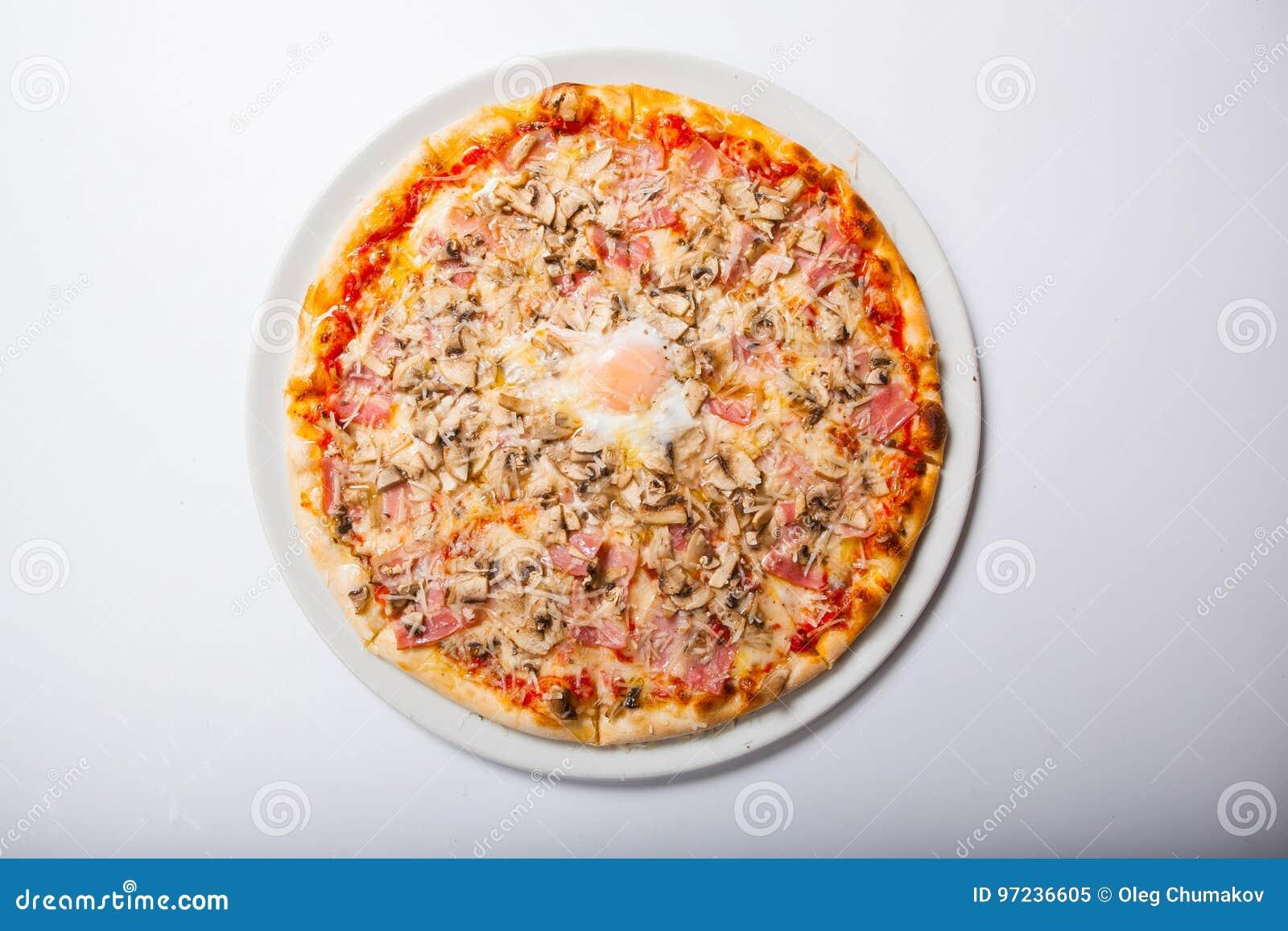 Italien-Pizza mit Eigelbschinken vermehrt sich auf einen weißen Hintergrund explosionsartig