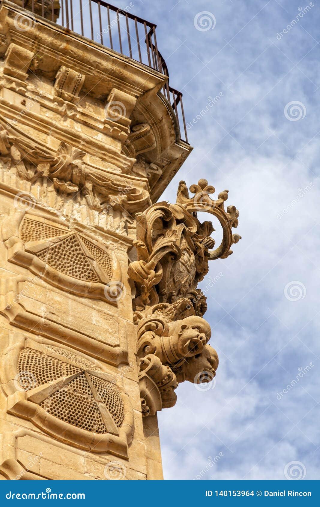 Italien, Sicilien, Scicli Ragusa landskap, dekorativa statyer av den barocka Beneventano slotten och och vapenskölden av famien