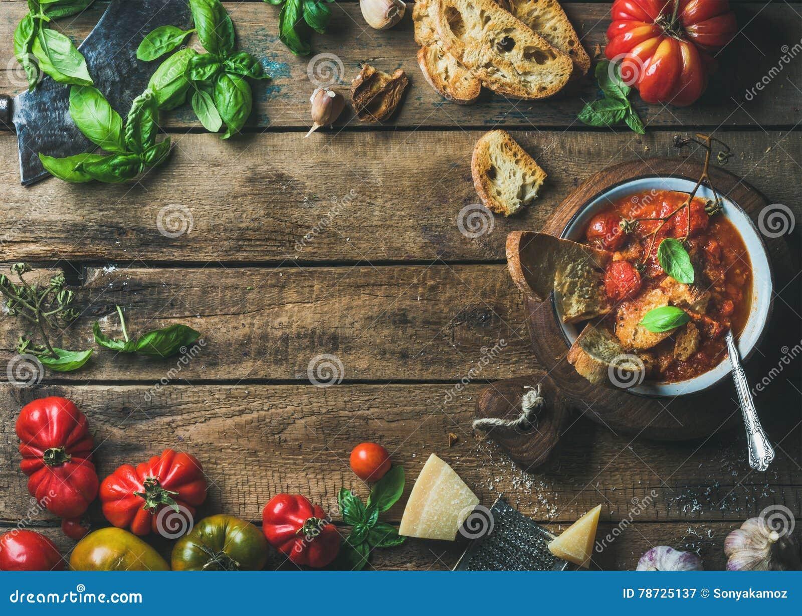 Italienare grillade tomat- och vitlöksoppa med bröd, basilika, parmesan