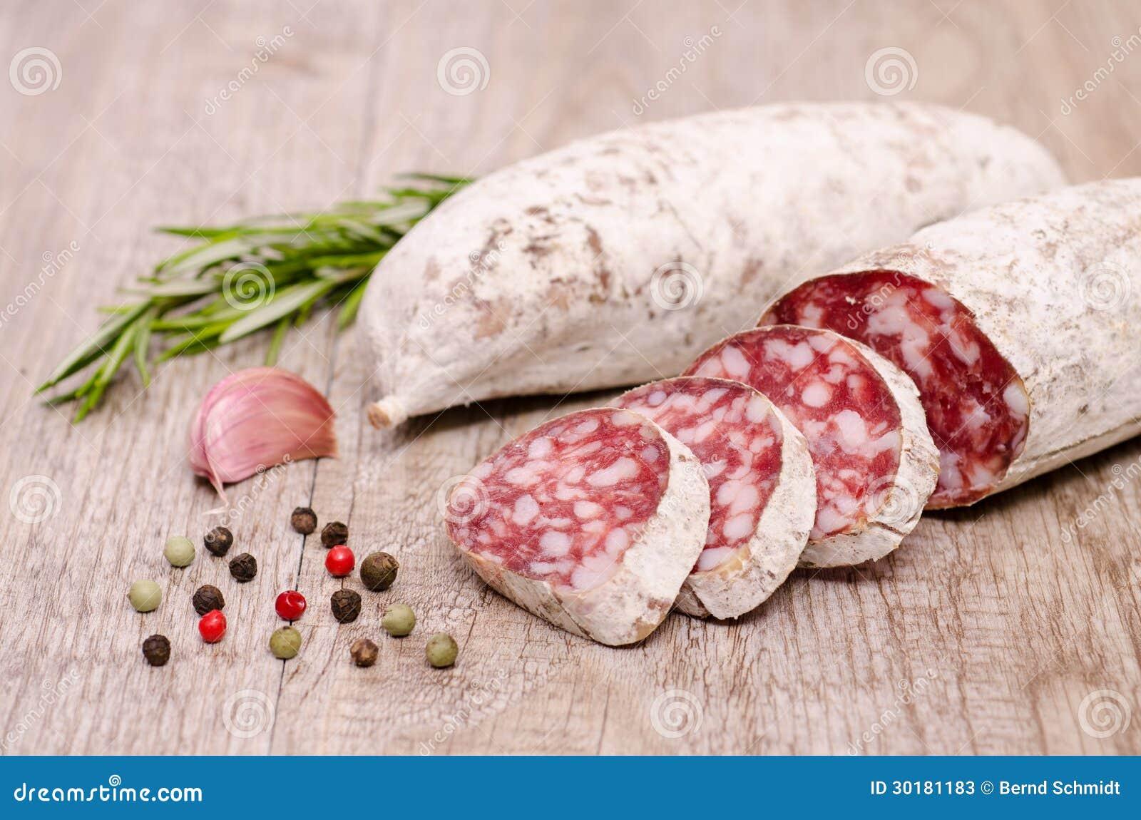 Italienare luftar den torkade salamikorven