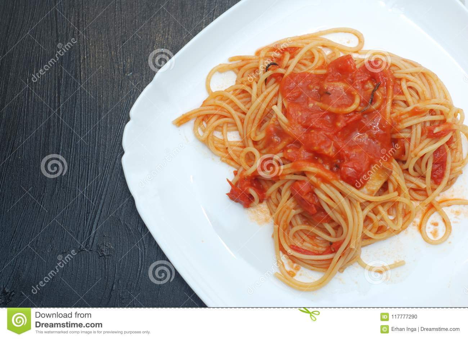 Italienare Spagetthi Bolognese med tomater kryddad sås i den isolerade vita plattan