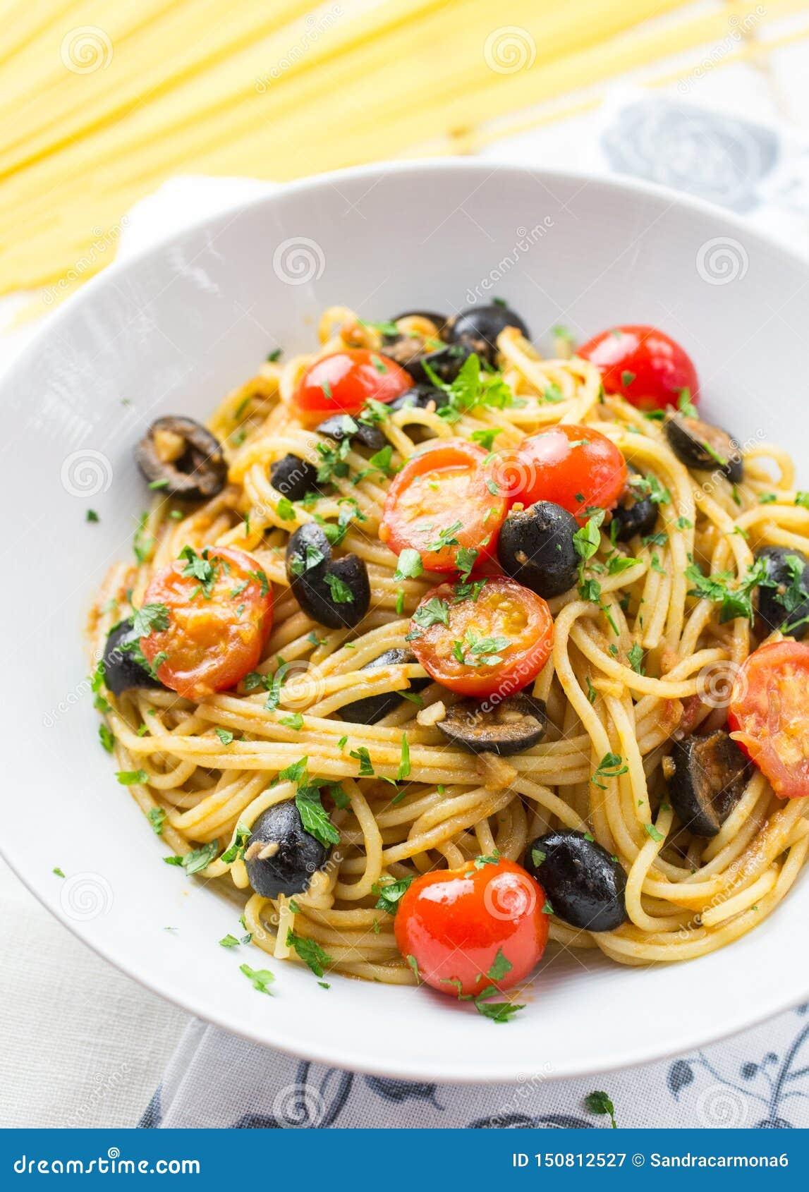 Italienische Spaghettis puttanesca Teigwaren