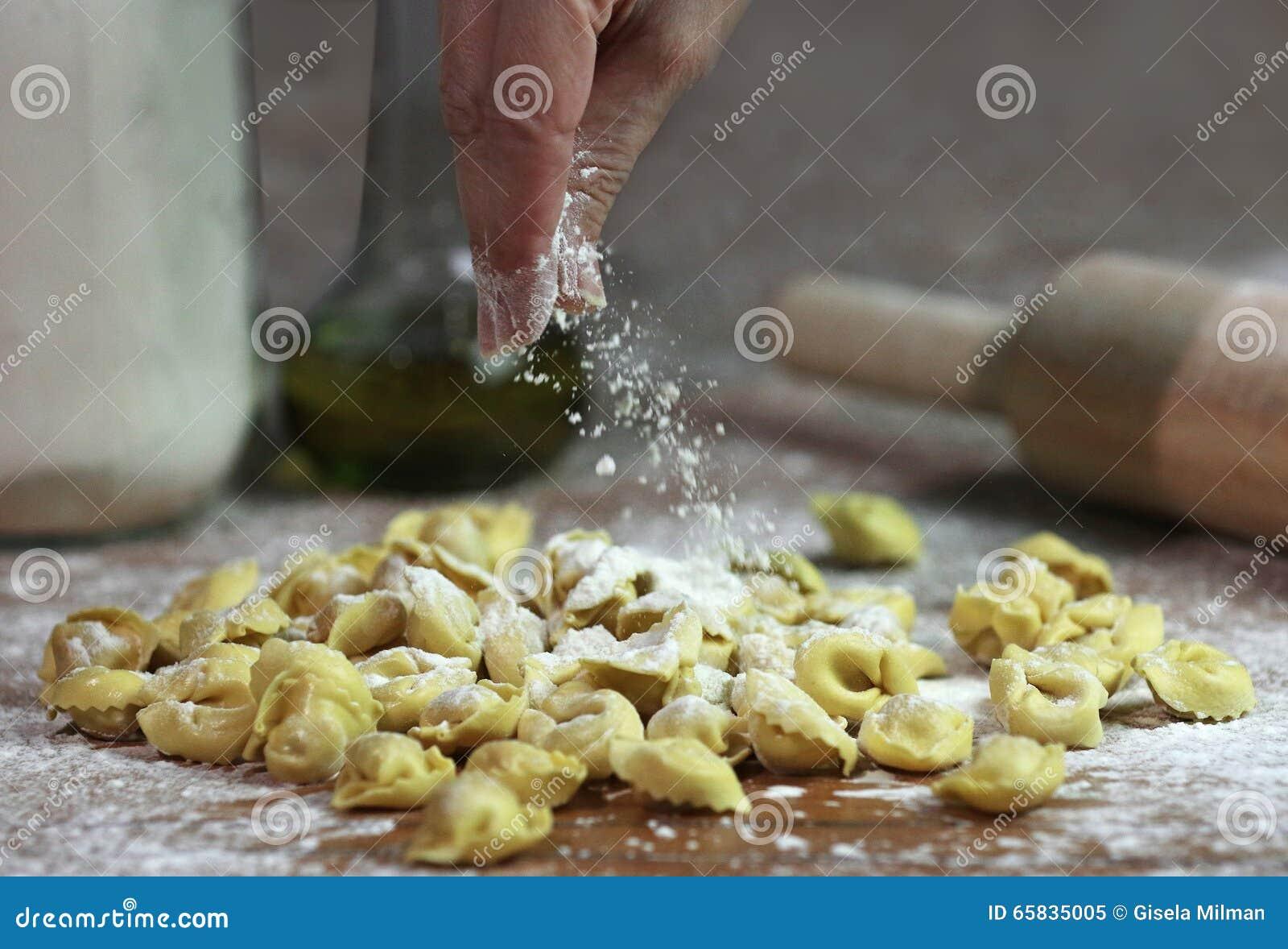 Italienischer frischer Teigwaren Tortellini, der vorbereitet wird