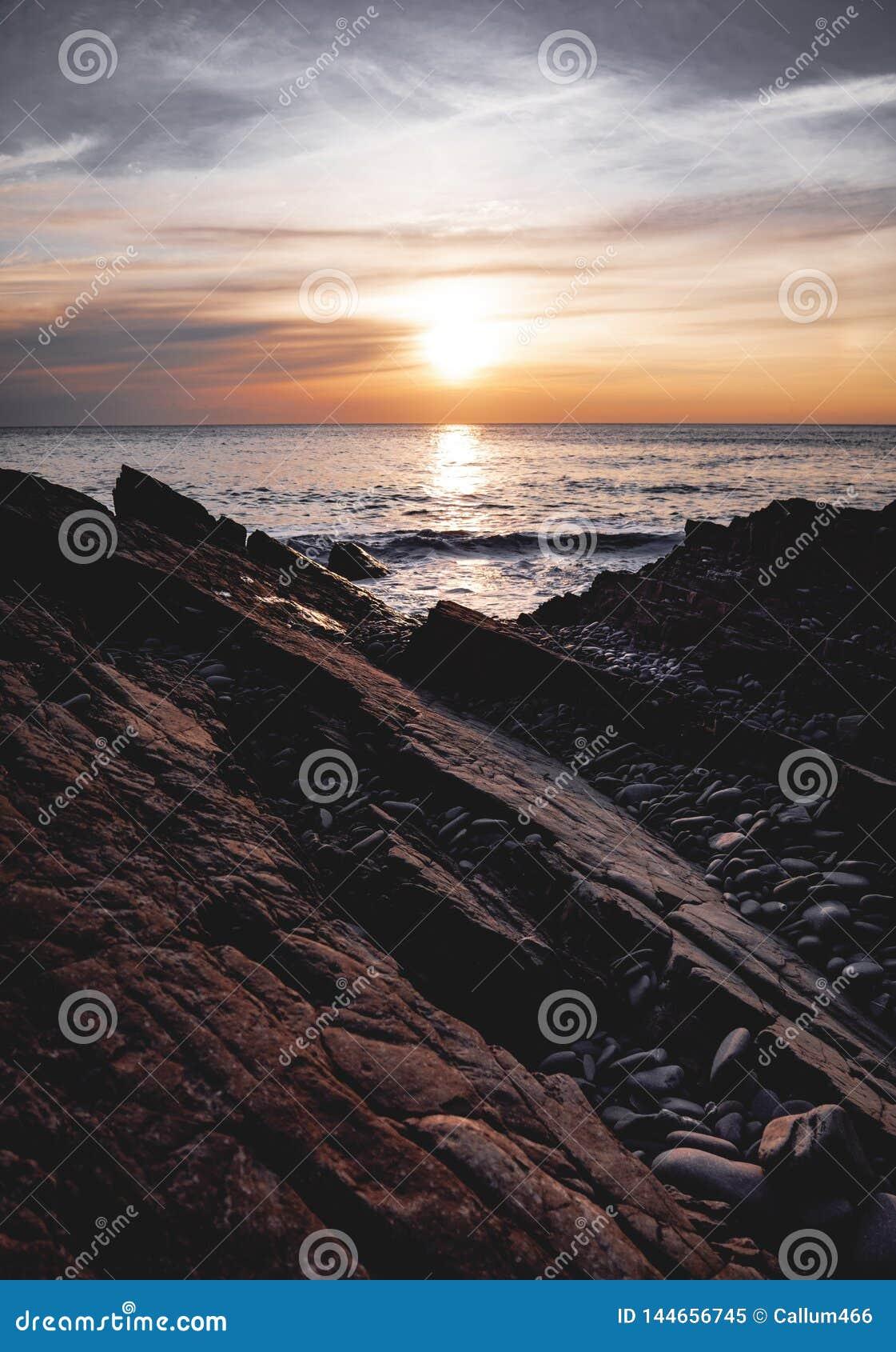 Italienischer Landsitz auf einem Abgrund, der in See Como hervorsteht